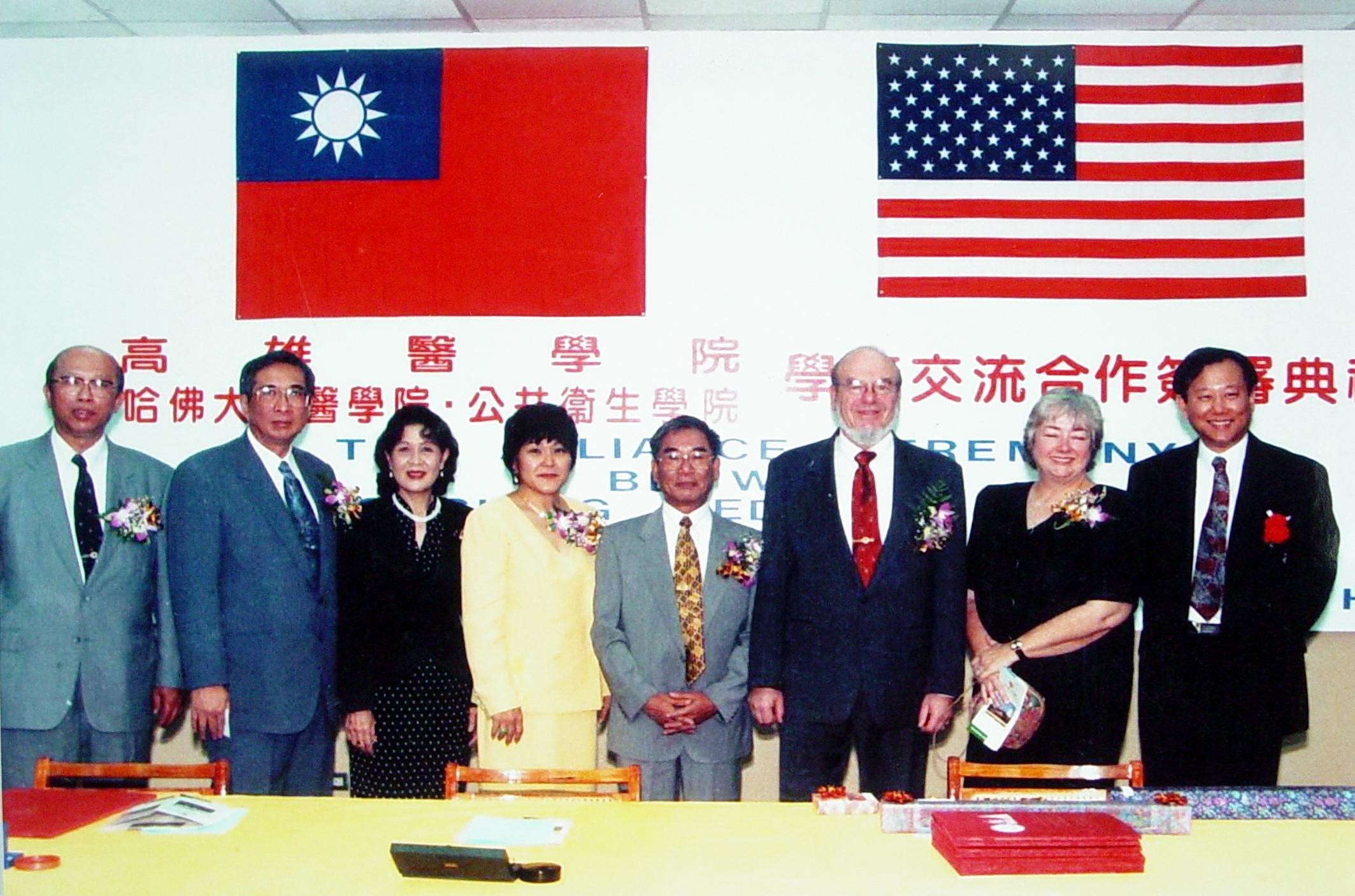 Alliance簽約日,左起附設醫院林永哲院長、高醫蔡瑞熊院長伉儷、陳田植董事長伉儷、 Haber教授 伉儷、李沐恩教授。