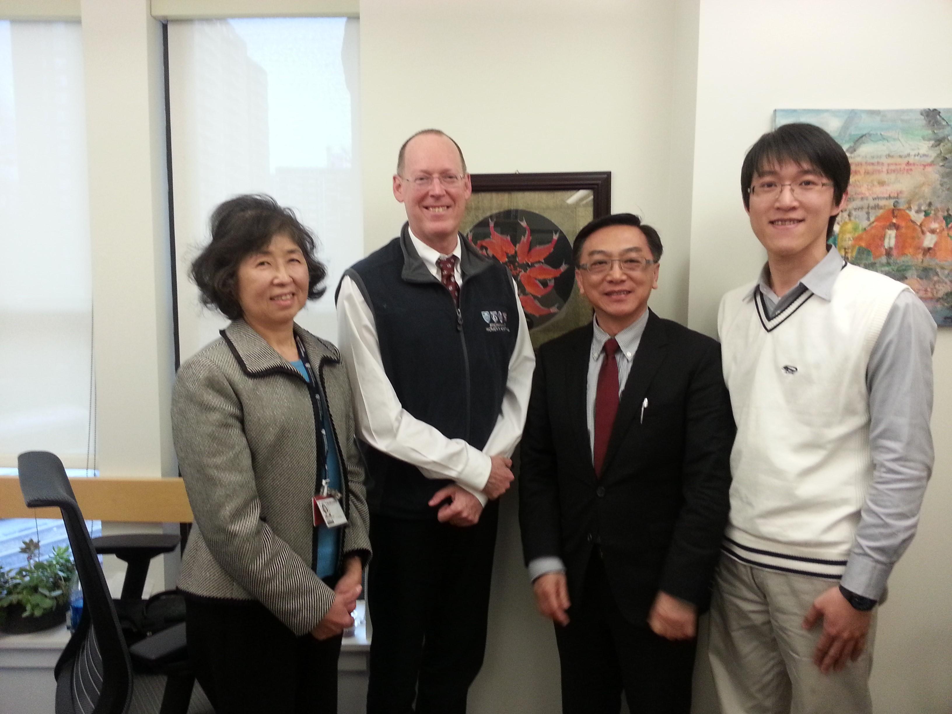 左起 : 陳美瑜醫師、Paul Farmer 教授 、陳宜民副校長、鄭宇辰醫師 攝影於Farmer教授辦公室